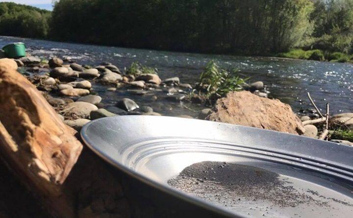 orpailage au bord de l'eau