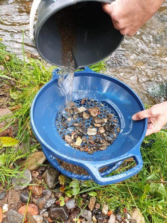 nettoyage des graviers auriferes avec un tamis
