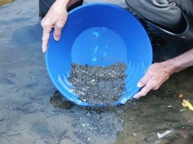 nettoyage des gravier pour extraire l'or au pan americain