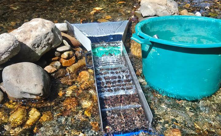 magnifiique sluice box ou rampe d'orpaillage sur une rivière