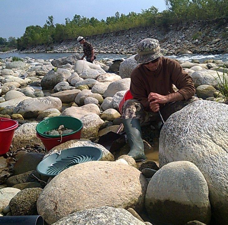 matteo qui soulève un rocher aurifère