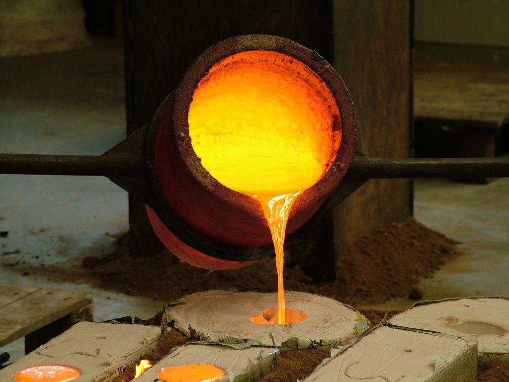 couler de l'or en fusion dans un moule