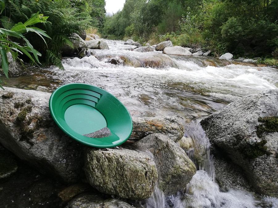 un orpailleur a rpis cette photo avec son pan en bord de riviere