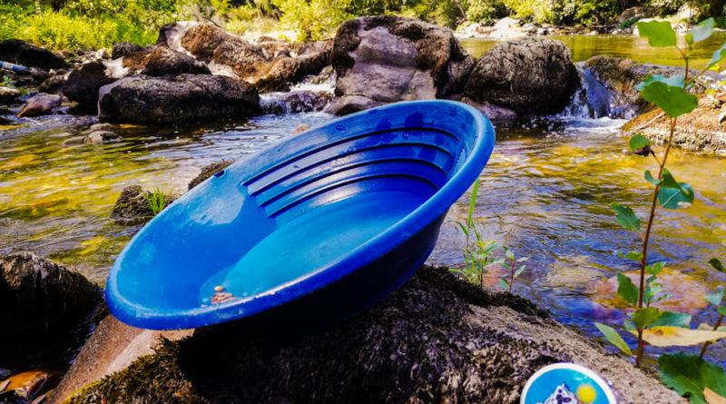 un pan d'orpailleur au bord de l'eau