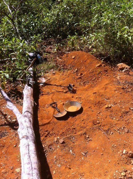 prospection en plein desert australien au pan et au detecteur