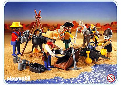 un groupe de chercheurs d'or en jouet playmobile pour chercher de l'or au bord de la rivière