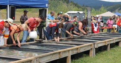 compétiteurs autour d'un bac pour trouver le plus vite de l'or