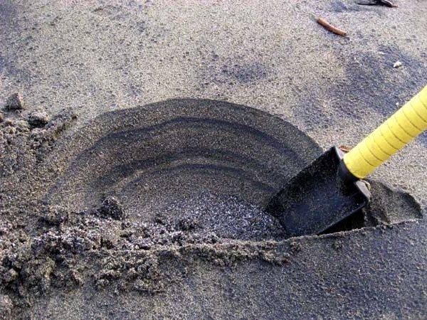 le sable noir se dépose par strate dans le sable de splages