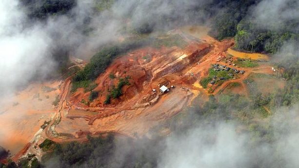 mine à ciel ouvert en guyane au milieu de la foret amazonienne