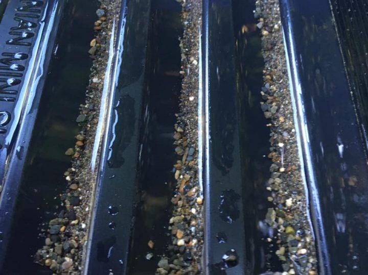riffles caledonian orpaillage avec du sable noir