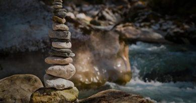 magnifique image d'empilement de galets rock balancing dans le gard