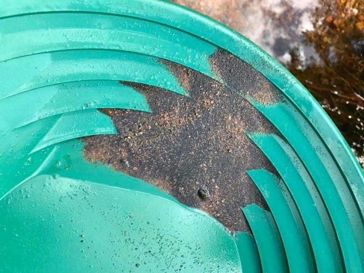 sable noir et paillette lors de ma prospection dans le gard
