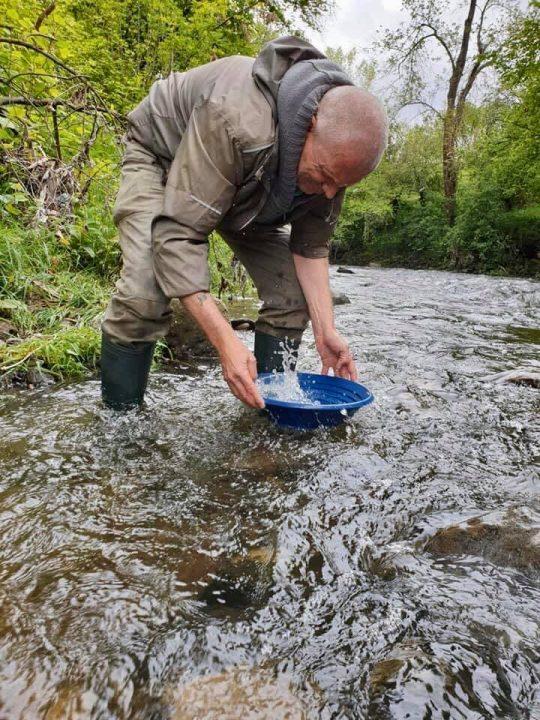 prospection au pan au milieu de la rivière