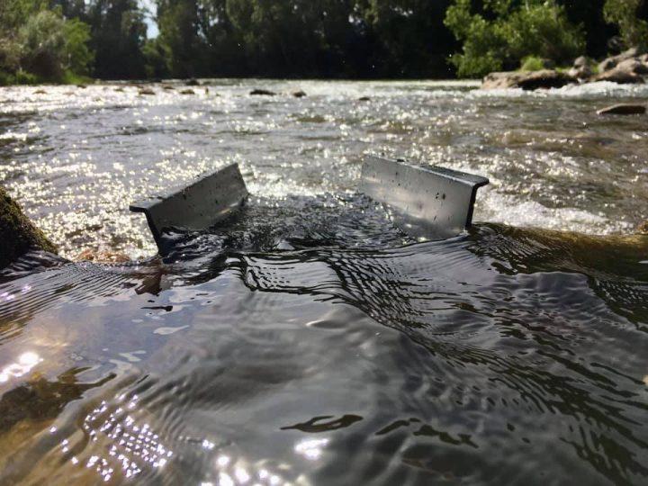 Mini rampe d'orpaillage caledonian dans une rivière