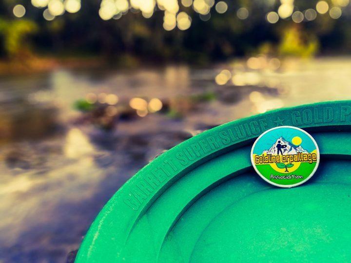 logo goldline orpaillage sur un pan garrett au bord d'une rivière