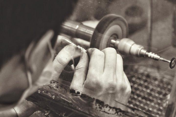 bijoutier entrain de façonner un bijoux en or rose