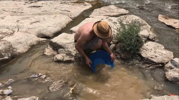 prospection au pan américain pendant le stage d'initiation à l'orpaillage