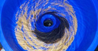 paillettes d'or dans un blue bowl comme dans une univers en rotation